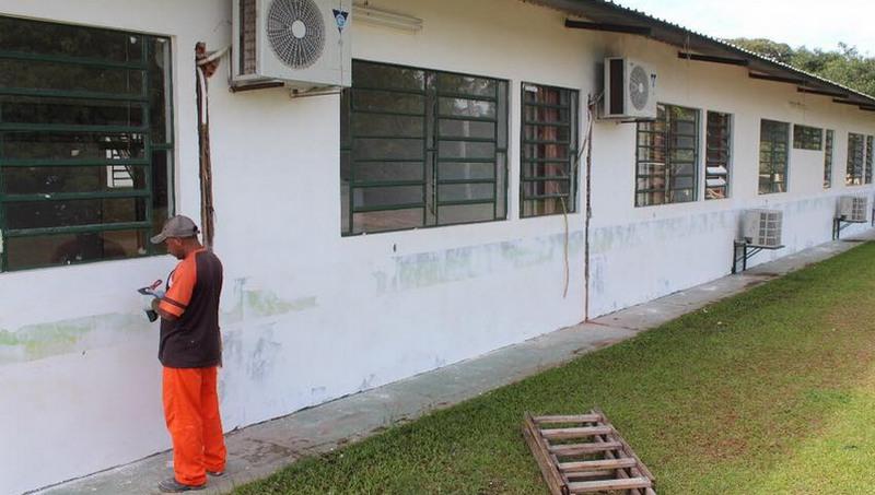 Escola passa por reforma com troca de aparelhos de ar-condicionado e nova pintura nas salas (Foto: Divulgação)