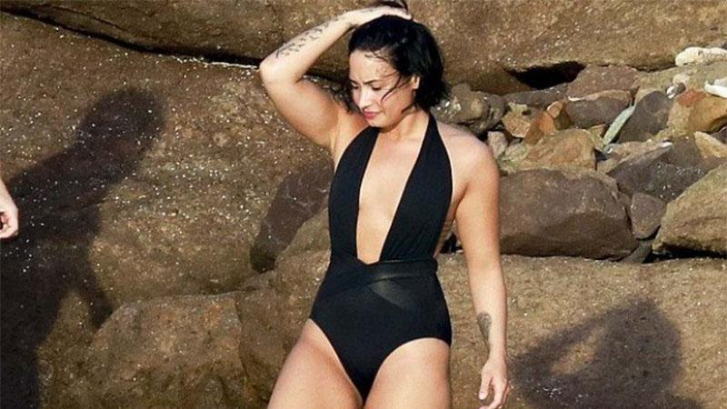 Cantora Demi Lovato publicou foto de maiô e afirmou que não tem complexo com a estética do corpo (Foto: Instagram/Reprodução)