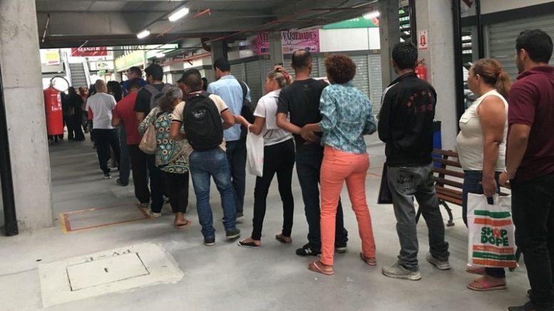 Candidatos formam imensa fila no Shopping T4 em busca de vaga de emprego (Foto: ATUAL)