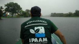 Técnicos do Ipaam colheram amostras da água no lago para análise de laboratório (Foto: Ipaam/Divulgação)