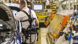 Exoesqueletos acoplados ao corpo do funcionário reduzem o desgaste físico e melhora a produtividade (Foto: Fiat/Divulgação)