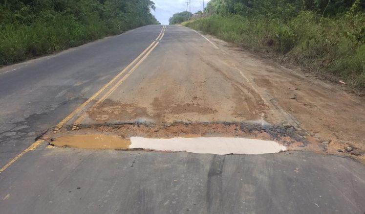 Buracos tomam conta da rodovia AM 010 que liga Manaus a quatro municípios do Estado (Foto: Luís Morais/Divulgação)