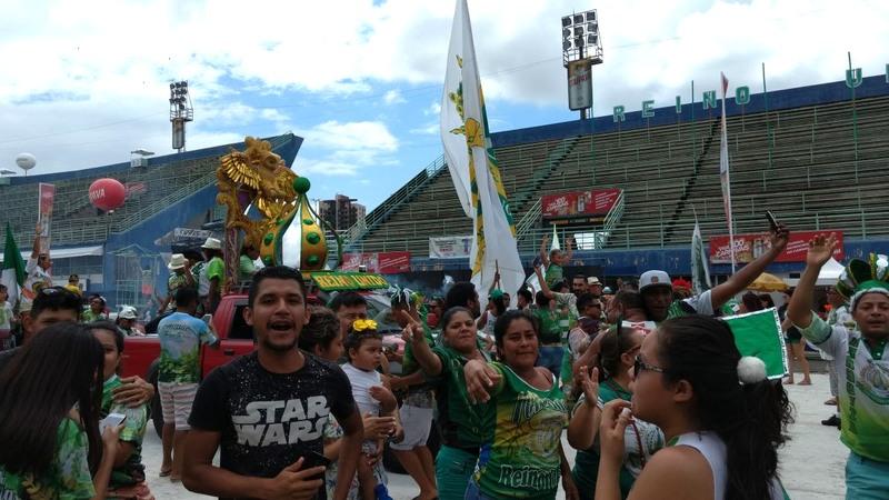 Brincantes e fãs da Reino Unido comemoraram a conquista do tricampeonato logo após a apuração na Sambódromo (Foto: ATUAL)