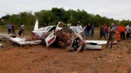 Destroços do avião foram vistoriados por técnicos do Corpo de Bombeiros (Foto: CPMAM/Divulgação)