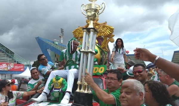 Troféu do tricampeonato foi exibido pelos diretores da escola logo após a divulgação das notas finais (Foto: ATUAL)