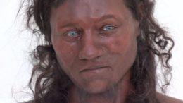 Reconstituição em escultura do Homem de Cheddar, ancestral dos britânicos (Foto: YouTube/Reprodução)