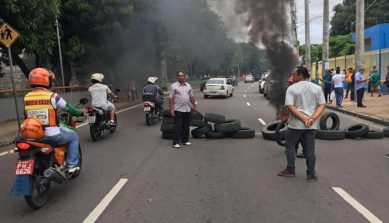Motoristas queimaram pneus em trecho da Avenida Brasil, em frente à sede da Prefeitura de Manaus (Foto: ATUAL)