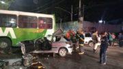 Carro bate em ônibus e quatro ficam feridos