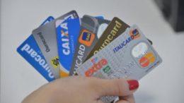 Taxa média cobrada em crédito no ano passado foi de 25,6% ao ano. A do rotativo de cartão de crédito chegou a 334,6% (Foto: Agência Brasil)