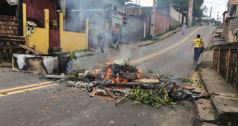 Moradores fecharam trecho de rua para exigir regularização no fornecimento de água (Foto: ATUAL)