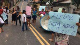 Com cartazes, moradores pediram regularização no fornecimento de água no Aleixo (Foto ATUAL)