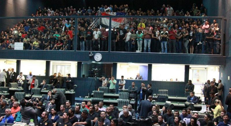 Policiais militares ocuparam galeria da ALE para cobrar cumprimento de lei e implantação de promoções Foto: Diogo Dias/Divulgação)