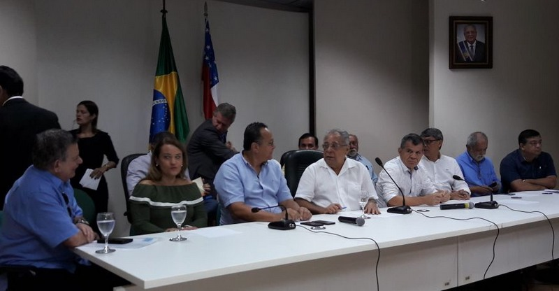 Amazonino reúne 57 prefeitos e anuncia liberação de R$ 400 milhões para interior