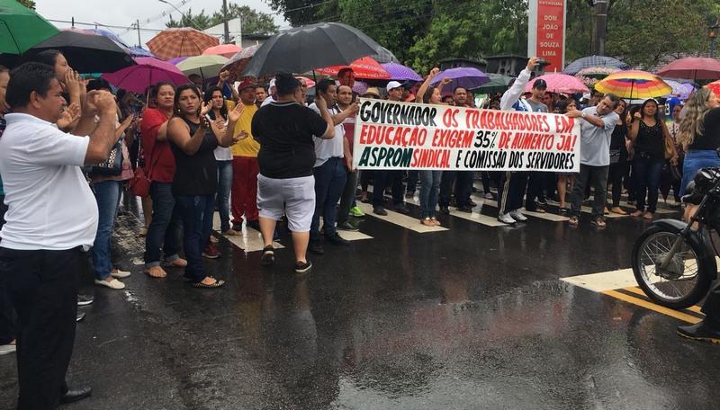Grupo de professores associados a Aproam promoveram manifestação na manhã desta terça-feira para exigir 30% de reajuste salarial (Foto: ATUAL)