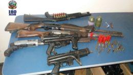 Armas de grosso calibre foram apreendidas em barco abandonado por 'piratas' na zona rural de Coari (Foto PM/Divulgação)