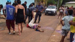 Policial puxa corpo encontrado na rua em Nova Olinda do Norte. município teve três assassinatos em menos de 24 horas (Foto: Divulgação)