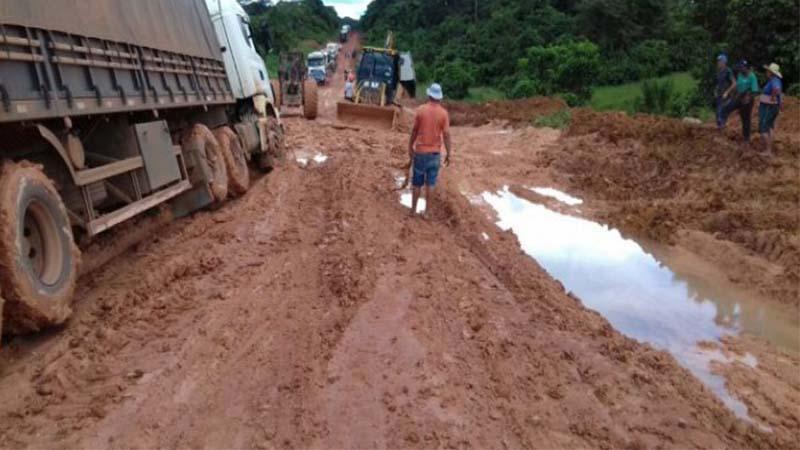 Trecho de terra na BR-163 no Pará: atoleiros e custo alto para escoar soja (Foto: Portal Cenário/MT/Divulgação)