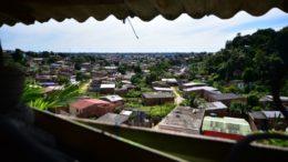 Casa tinha cobertura improvisada e visão geral das casas na comunidade Nossa Senhora de Fátima 2 (Foto: Bruno Zanardo/Secom)