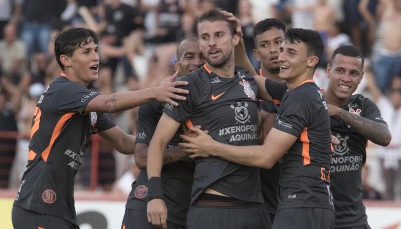 Henrique (centro) marcou um dos gols da vitória do Corinthians sobre o Botafogo de Ribeirão Preto (Foto: Daniel Augusto Jr./Ag. Corinthians)