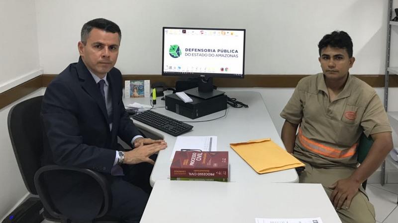 O defensor público Fernando Prestes com o motorista Marcos Soares: justiça para corrigir erro (Foto: DPE-AM/Divulgação)