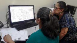 Técnicas do Disa Norte observam mapa para definir vacinação em Manaus (Foto: Semsa/Divulgação)