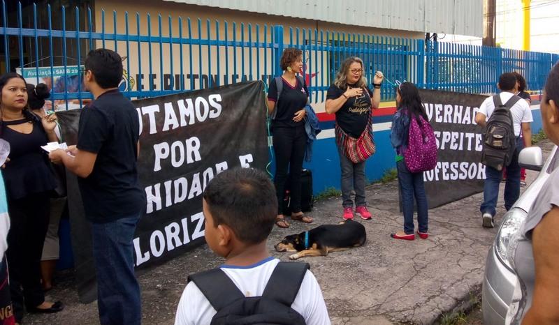 Professores fecharam escola no bairro Armando Mendes, na zona leste: greve antes do tempo (Foto: Divulgação)