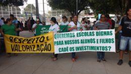 Professores ocuparam praça em Iranduba para exigir aumento salarial e escolas com melhores condições de trabalho (Foto: Divulgação)