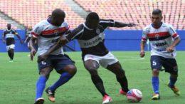 Rio Negro (de preto) venceu o Fast, campeão do primeiro turno, na estreia do returno do Campeonato Amazonense (Foto: FAF/Divulgação)