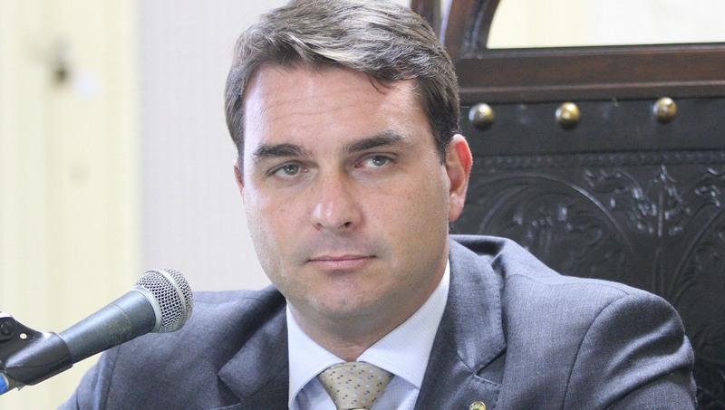 Flávio Bolsonaro diz que o pai ganhará com larga diferença de votos