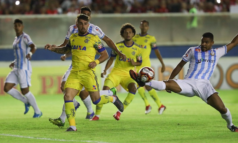 Flamengo, que jogou novamente com uniforme amarelo, perdeu com time reserva (Foto: Gilvan de Souza/Flamengo)