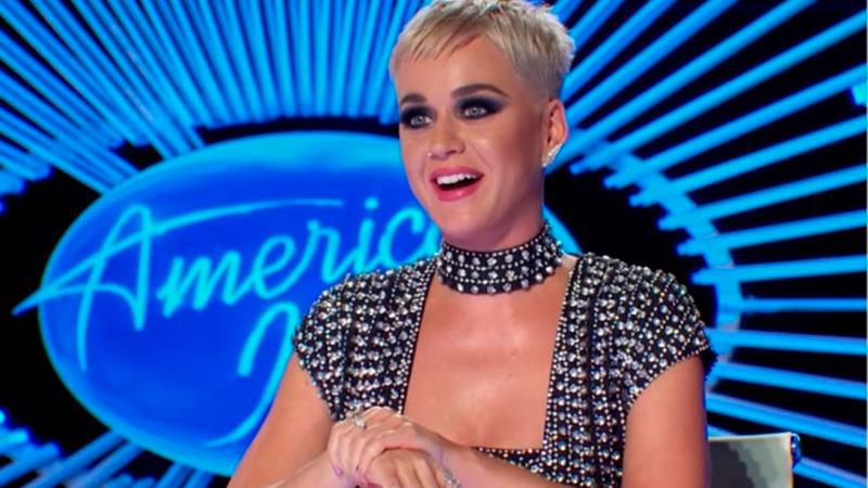 Katy Perry levanta polêmica ao beijar participante de reality sem consentimento