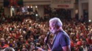 Ex-presidente Lula encerrou caravana em comício no Centro de Curitiba (Foto: Ricardo Stuckert/PT/Divulgação)