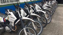 Motocicletas estão acorrentadas no pátio da 6ª Cicom em Manaus. PMs não foram trabalhar (Foto: ATUAL)