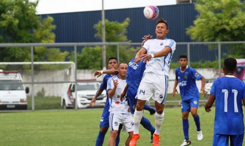 Penarol (de branco) se classificou à semifinal do segundo turno do Barezão e rebaixou o São Raimundo (Foto: Antonio Silva/FAF)