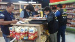 Fiscais do Procon apreenderam produtos impróprios para o consumo durante blitze no Supermercado Nordeste (Foto: Procon-AM)