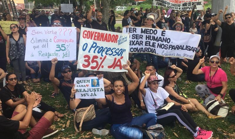 Professores reforçam greve e voltam a protestar por reajuste salarial de 35%