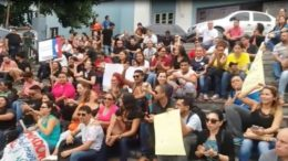 Professores fizeram manifestação em frente ao Instituto de Educação do Amazonas na manhã desta quinta-feira (Foto: Reprodução/WhatsApp)