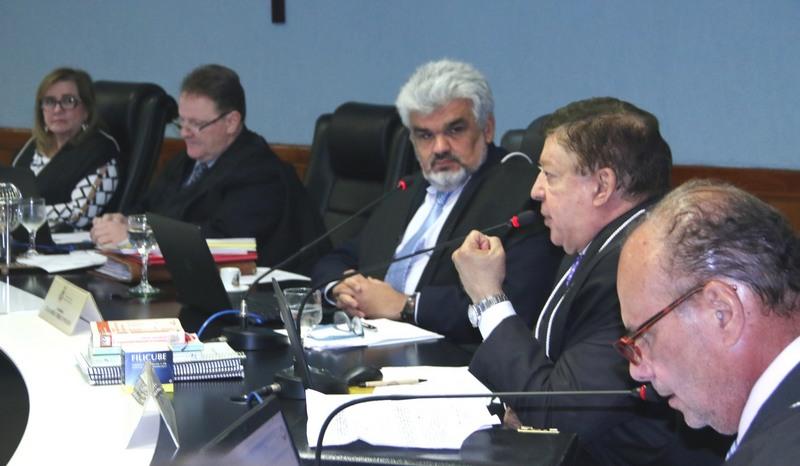 Conselheiros seguiram voto do relator Júlio Pinheiro (cabelo e barba brancos) (Foto: Ana Cláudia Jatahy/TCE)