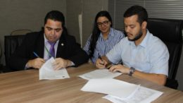 Reitor Sylvio Puga e o prefeito Afail Filho assinaram cooperação técnica para reserva de vagas da Ufam em Coari (Foto: PM Coari/Divulgação)