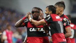 Vinícius Junior (de óculos) marcou os dois gols do Flamengo na vitória sobre o Emelec pela libertadores (Foto: Gilvan de Souza/Flamengo)
