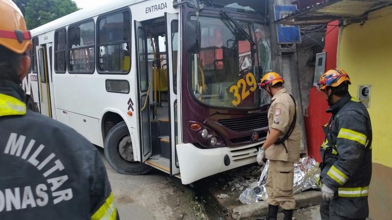 Mulher morre esmagada por ônibus quando estava na calçada em Manaus