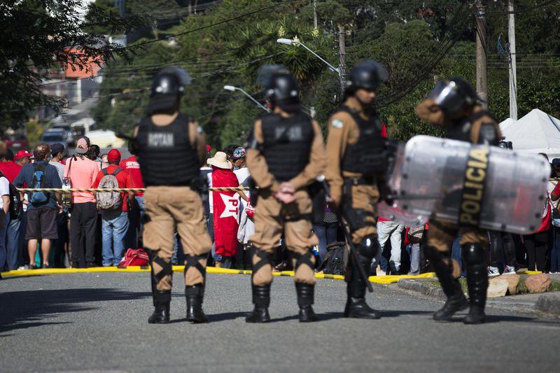 Polícia Militar reforça segurança no entorno da PF em Curitiba
