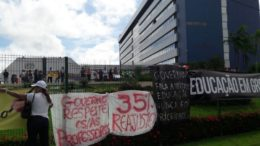 Professores afixaram faixas e cartazes na Assembleia Legislativa durante audiência com secretário-executivo da Seduc (Foto: ATUAL)