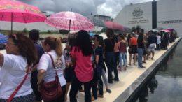 Professores aguardam para entrar na ALE e acompanhar votação sobre projeto de reajuste salarial (Foto: ATUAL)