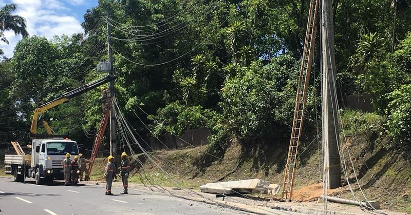 Postes estão sendo substituídos após acidente de trânsito que causou interrupção no fornecimento de energia (Foto: ATUAL)