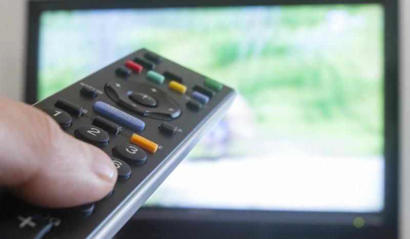 Brasil tem menos casas com TV a cabo e mais gente vendo filme na internet