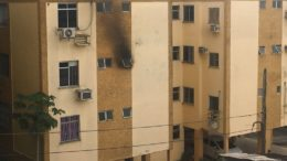Fogo gerou fuma preta que saiu pela janela do banheiro no terceiro andar do prédio (Foto: ATUAL)