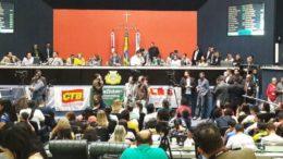 Deputados disputaram espaço na tribuna da ALE para apoiar reajuste para os professores, nesta sexta-feira (Foto: ATUAL)