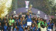 Capitã Marta ergueu o troféu de campeã, conquista que garantiu vaga na Olimpíada (Foto: CBF/Divulgação)