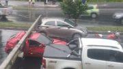 Carros ficaram presos nos fios elétricos (Foto: WhatsApp/Divulgação)